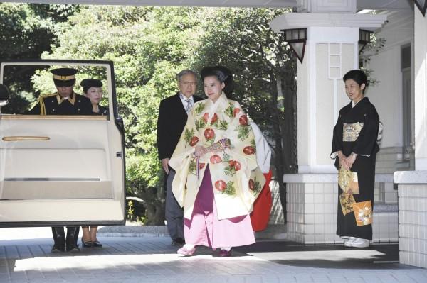 絢子公主降嫁平民脫離皇族,今日上午從高圓宮邸搭車前往明治神宮。右為絢子母親久子。(美聯社)