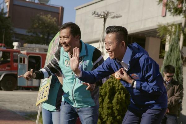 林智堅在竹科街頭向市民熱情問安。(總部提供)