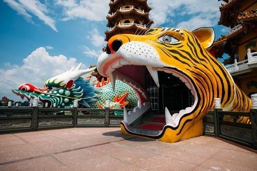 日本名攝影師佐藤健壽拍攝左營蓮池潭龍虎塔。(高市觀光局提供)