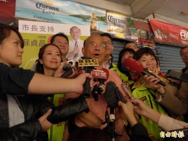民進黨新北市長候選人蘇貞昌上直播專訪。(記者李雅雯攝)