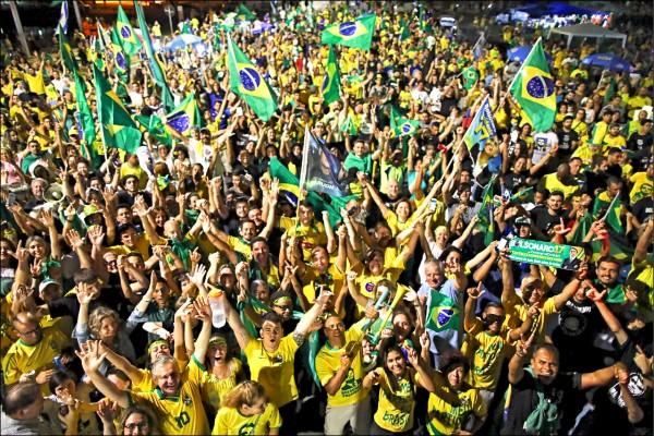 波索納羅二十八日在巴西總統大選決選中獲勝,大批支持者當天在首都巴西利亞的國會前歡呼慶祝。(法新社)