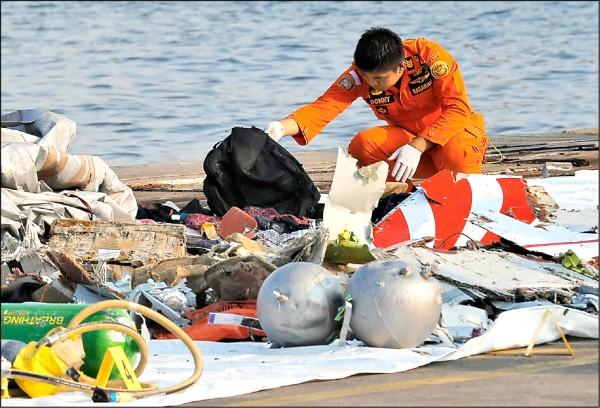 印尼獅航班機墜海,印尼國家搜救局已在西爪哇省北部海域陸續尋獲飛機殘骸、乘客個人物品和部分屍塊。(美聯社)