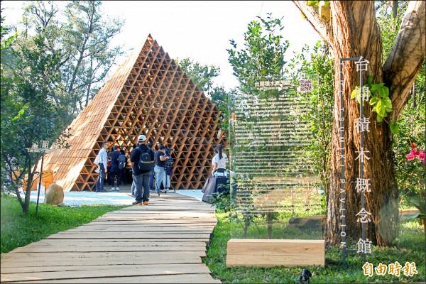 「台開三角積木概念館」結合茶花,讓民眾欣賞到建築與茶花之美。(記者歐素美攝)