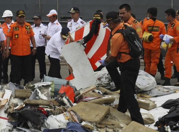 印尼搜救單位指出,已尋獲14個印尼獅航飛機殘骸,但仍未打撈到關鍵的黑盒子。(美聯社)