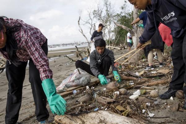 英國「慈善援助基金會」(CAF)週二(30日)公布2018「全球慈善捐款指數」報告,最有愛心的國家是印尼。圖為印尼志工淨灘。(歐新社)