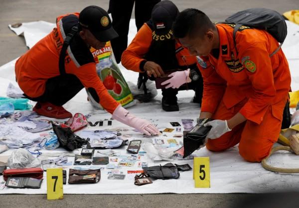 救難單位在海面上,打撈出不少遺物,包含乘客的護照、皮夾、照片等。並於今天上午發現10具遺體,救難單位使用24個屍袋,將遺體送回送驗所檢驗身份。(法新社)