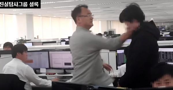 韓國韓泰未來科技董事長梁振浩(中),在眾多職員面前連甩1名員工(右)兩巴掌,還逼他跪下道歉。(圖擷自진실탐사그룹셜YouTube)