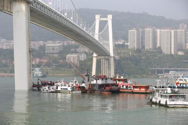 長江二橋28日發生公車墜江意外,公車沉入71公尺深水底,搜救單位聚在橋下進行作業。(歐新社)