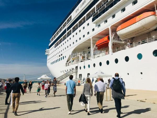 拿坡里世大運將設置大型郵輪作為選手村之用。(擷取自FISU官網)