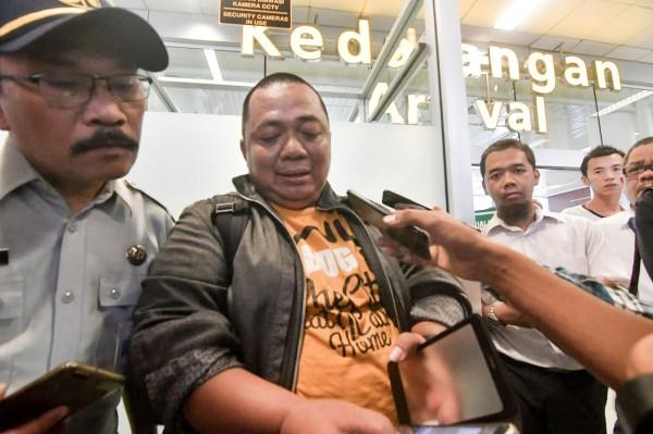 印尼財政部官員蘇堤萬(圖中)週一因塞車沒趕上航班,幸運逃過墜機死劫。(法新社)