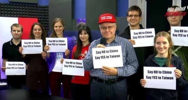 波蘭電視節目上一群人手中都舉著「對中國說NO,對台灣說YES」的牌子。(圖擷自YouTube)
