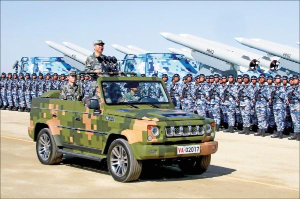 澳洲智庫報告指出,中國軍方十年來指派上千名研究人員赴西方國家學習技術,以加速推升本國軍事技術發展。圖為去年九月三十日,中國人民解放軍建軍九十週年前夕,國家主席習近平在內蒙古朱日和合同戰術訓練基地閱兵。(美聯社檔案照)