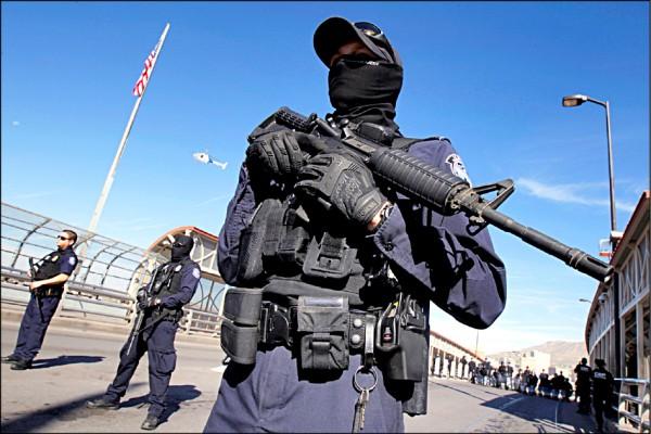 美國海關與邊境保護局人員重裝鎮守美墨邊界。(路透)