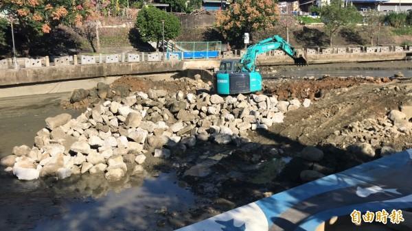 關西鎮公所本月在牛欄河開挖整理河道挨批「有必要嗎?」公所表示只是除去雜木,土石並沒外運,圖中怪手則是在進行橫亙河道的人行步道整建,屬於親水公園的改善工程內容,與河道整理無關。(記者黃美珠攝)