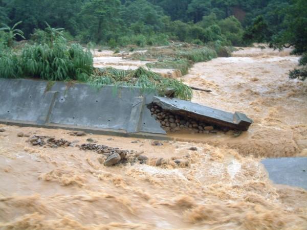 新竹縣生態休閒發展協會總幹事劉創盛說,圖為2001年9月中納莉颱風來襲時,牛欄河上游雖有局部河道崩塌,但下游親水公園並無太大影響。(圖由劉創盛提供)