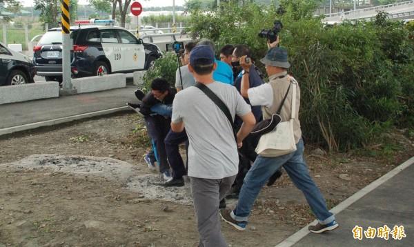 警方擔心場面失控,強行將陳美瓊母子2人架離。(記者李立法攝)