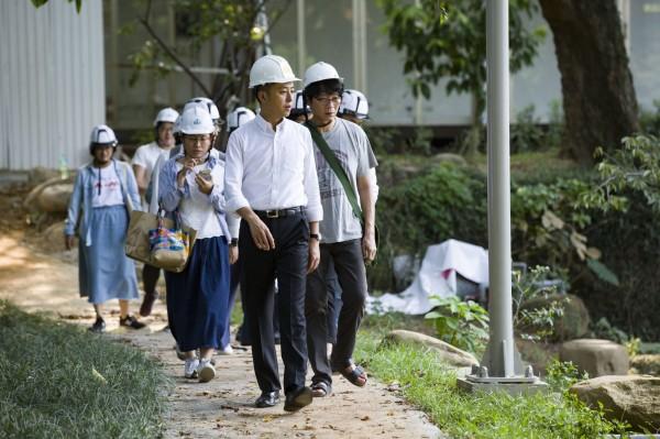林智堅巡視新竹公園的情形。(記者蔡彰盛翻攝)