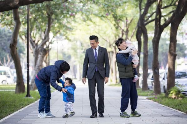 林智堅宣布竹市將打造31座公園,活化100公頃綠地。(記者蔡彰盛翻攝)