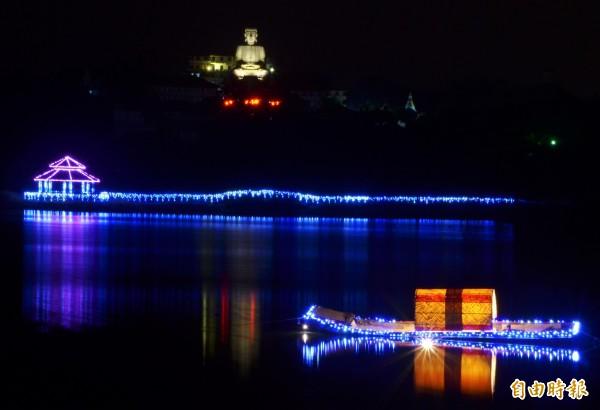大潭埤上的燈飾,與後方的千佛山,串連成美麗夜景。(記者吳俊鋒攝)