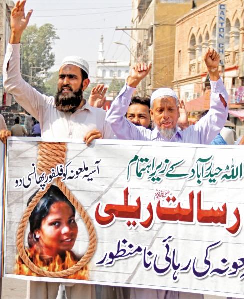 在巴基斯坦最高法院裁定因褻瀆伊斯蘭先知而判處死刑的女基督徒畢比無罪開釋後,伊斯蘭強硬派政黨支持者憤而走上海得拉巴街頭,要求吊死畢比。(歐新社)