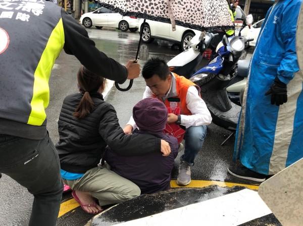 候選人曾文濤雨中街頭拜票,義救遭撞阿嬤!(記者蔡彰盛翻攝)