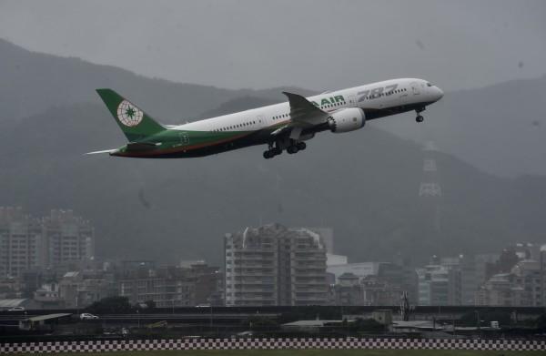長榮航空引進國內首架波音787「夢幻客機」,今天首航香港。(民航局提供)
