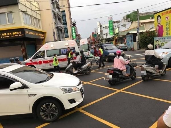 機車與休旅車發生碰撞事故,救護車趕抵現場救人。(圖彰化踢爆網提供)機車車牌請打馬