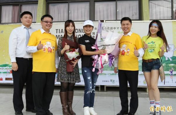田中馬拉松即將在11月11日登場,藝人方文琳(右3)也返鄉力挺。(記者陳冠備攝)