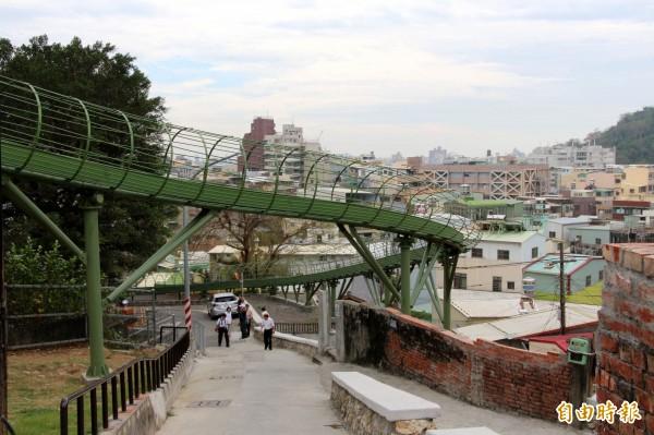 哈瑪星登山廊道79公尺的滑梯啟用。(記者葛祐豪攝)