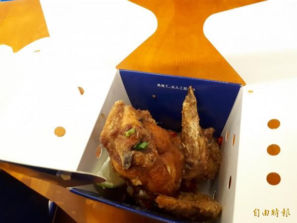 新竹市「戲棚下」美味炸雞和茶飲食堂,讓人吮指留香,忍不住一口接一口。(記者洪美秀攝)