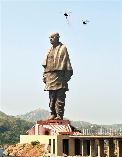 全球最高地塑像在印度揭幕。(法新社)
