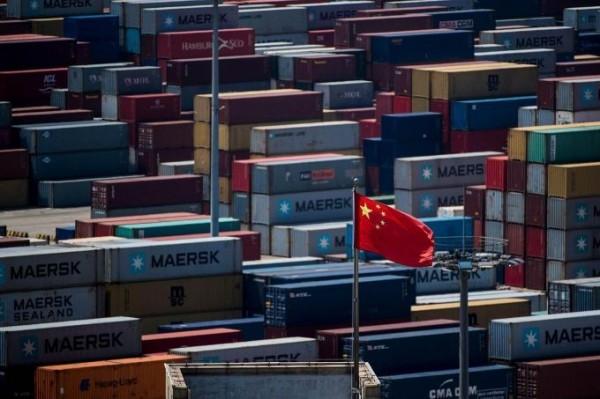 美國和中國貿易爭端加劇,中國經濟形勢疲弱,製造業數據寫下25個月以來新低,人民幣兌美元持續下滑,中國政府也坦言經濟壓力增加,長期累積的風險隱患有所暴露。(法新社資料照)