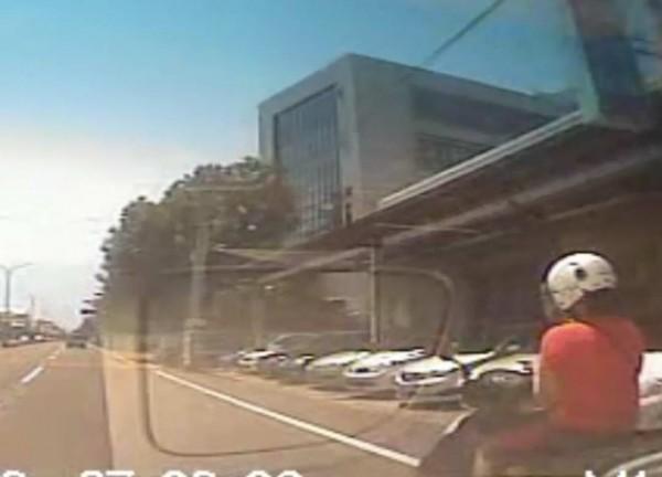 轎車與女騎士發生擦撞,事後女騎士開出財損估價高達25萬700元,其中「收驚算命8萬」,網友直呼「誇張」。(翻攝臉書爆廢公社)