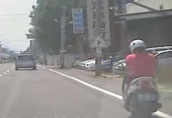 轎車與女騎士發生擦撞,女騎士疑有邊騎車邊滑手機行為。(翻攝臉書爆廢公社)