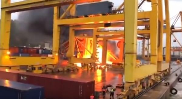 起重機台倒塌後引發大火。(圖擷自「worldethq」YouTube)