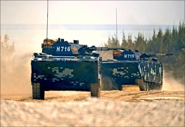 我國防部8月發表的104年國防報告書指出,中國規劃在2020年前完備攻台可恃戰力。圖為中國海軍陸戰隊演練三棲立體登陸作戰科目。(中央社資料照)