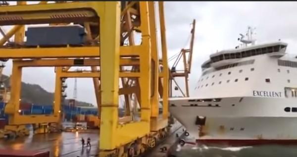 西班牙巴塞隆納渡輪撞向起重機,港口上的工人嚇得四散奔逃。(圖擷自「worldethq」YouTube)