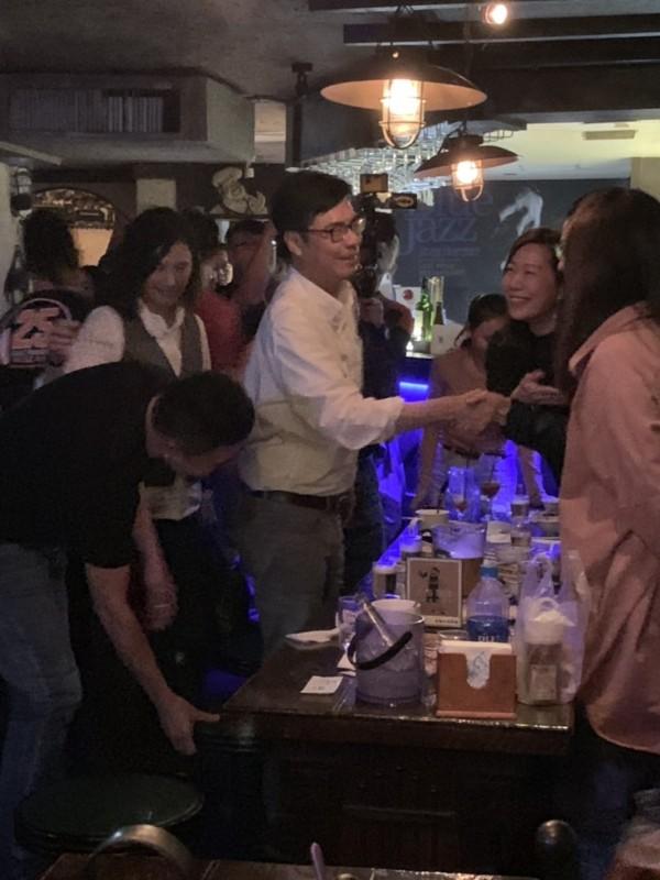 民進黨高雄市長候選人陳其邁,昨天深夜現身藍色狂想音樂餐廳。(記者葛祐豪翻攝)