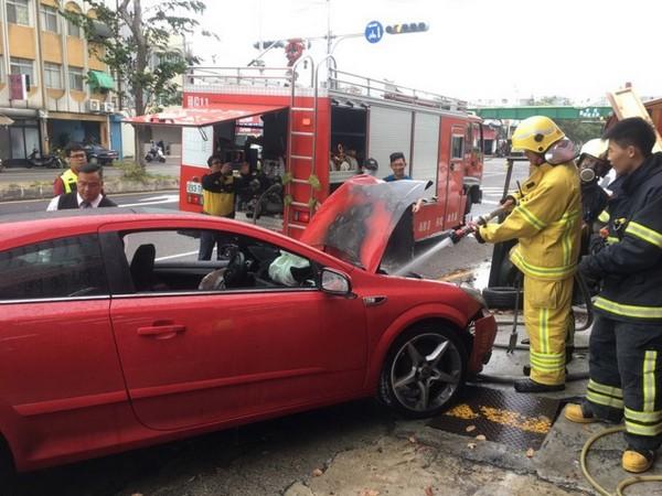 紅色轎車自撞後引擎冒煙,消防隊到場灌救。(記者彭健禮翻攝)