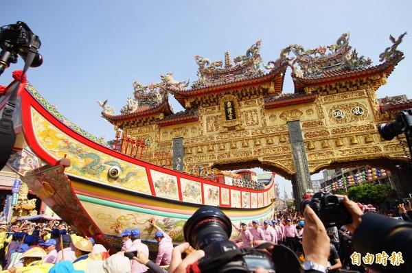 「東港迎王平安祭典」已接近尾聲,今天是整個祭典的重頭戲「王船遶境」。(記者陳彥廷攝)