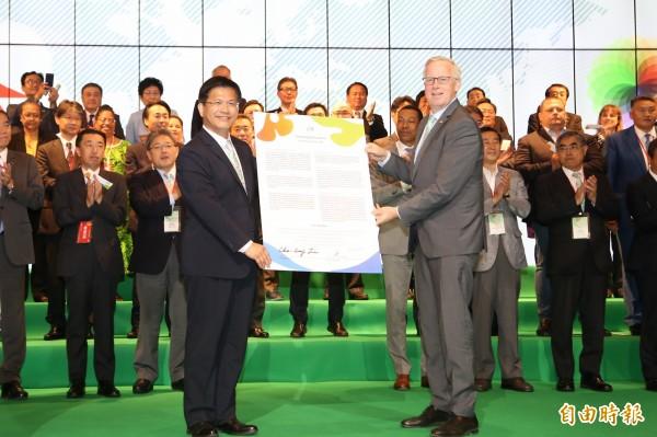 市長林佳龍將台中宣言遞交給AIPH會長柏那德。(記者蔡淑媛攝)