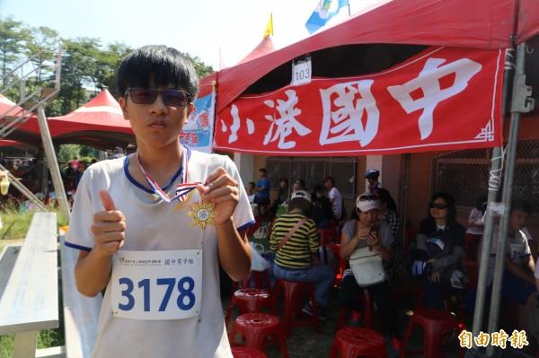 潘凱文獨自跑完弱視百公尺競賽。(記者黃旭磊攝)