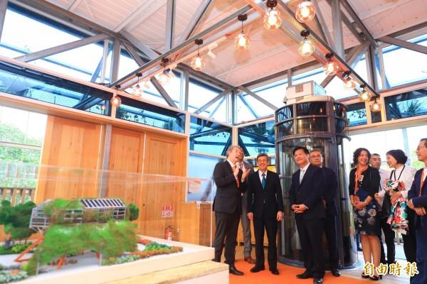 副總統陳建仁(左2)參觀花博后里森林園區荷蘭館。(記者張軒哲攝)