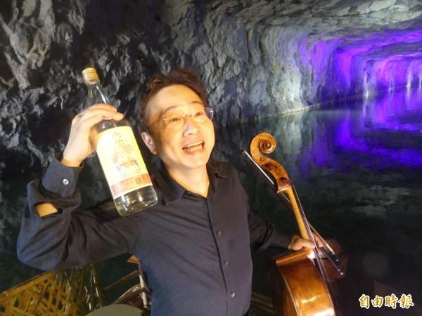 金門坑道音樂節藝術總監張正傑說,「我沒有拿金酒公司的廣告費喔」,強調只是要讓聽眾都能記住金門的特色。(記者吳正庭攝)
