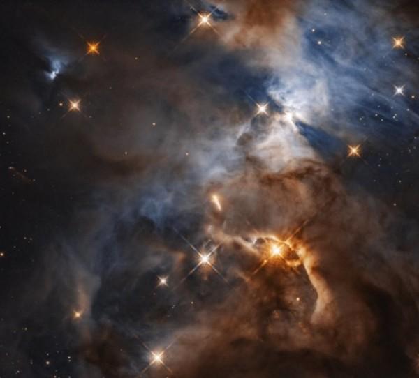 NASA近日發佈距離地球1300光年以外的巨蛇座星雲照片,右上角有著蝙蝠一般的巨大影子(擷自ScienceDaily網站)