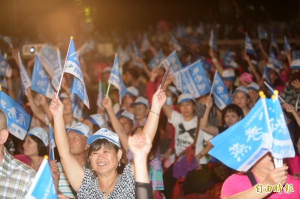 國民黨決定在23日的「選前之夜」,透過電視台直播串連「六都」造勢晚會,向所有藍軍支持者催票,並拉抬其他16個縣市選情。圖為國民黨10月14日在台中市舉辦的「六都」候選人合體造勢晚會。(資料照)
