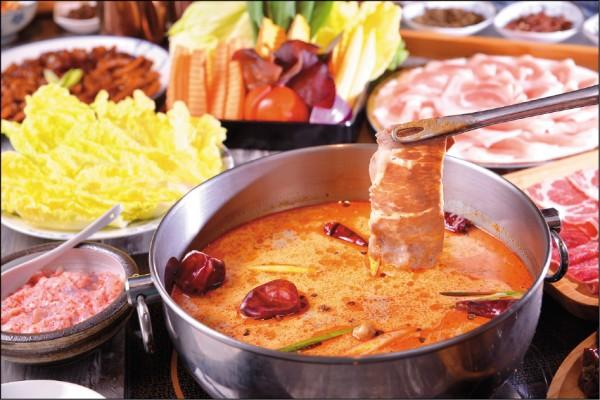 麻奶鍋/小100元、大200元,圖左下順時針起為飛魚卵綜合海鮮漿/200元、娃娃菜/78元、綜合蔬菜盤/250元、頂級究好助腹肋五花豬/240元、頂級霜降牛/430元。麻奶鍋以花椒和中藥材炒香後,加上大骨湯熬煮,最後再加入進口的紐西蘭牛乳,麻辣中泛著乳香,是可以喝的湯頭;飛魚卵綜合海鮮漿有花枝和整尾的蝦子,咀嚼時還帶有飛魚卵的「波波」口感;麻奶鍋湯頭涮上豬肉、牛肉都相當可口。(葉智聰/攝影)