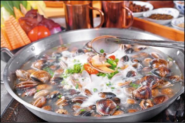 卜卜鍋/899元。豬大骨和新鮮蔬果熬製的湯頭上,放滿超過88顆的黃蛤、文蛤和牛奶蛤,並撒上蒜頭、蔥花和辣椒提味,吃完蛤蠣可再利用鮮美湯頭煮娃娃菜或海鮮等食材。(葉智聰/攝影)