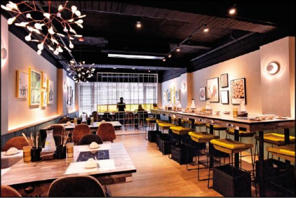 店內裝潢設計具咖啡館氛圍,2樓除了一般座位,亦有適合單人用餐的高檯式座位區,以及半包廂式的聚餐長桌。(葉智聰/攝影)