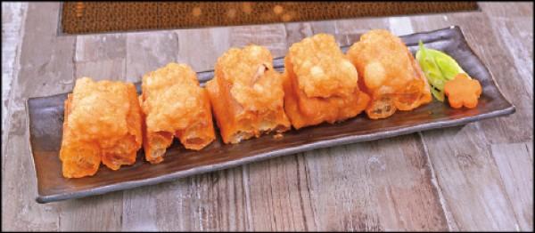 百花鬼鬼/160元。酥脆的油條上鋪放花枝與蝦漿混合的百花餡,可直接食用或入鍋涮煮,品嚐飽富湯汁的口感。(葉智聰/攝影)